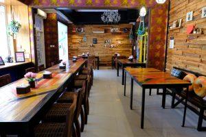 tempat makan enak di kota Medan | Suasana didalam Yona Cafe Medan