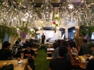 tempat makan enak di kota Medan | Ruangan Kito Floral Cafe & Resto yang memanjang ke belakang