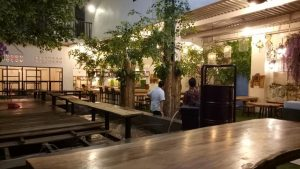 tempat makan enak di kota Medan | Suasana di dalam Kito Floral Cafe & Resto