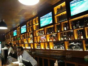 tempat nongkrong terbaru di Medan, Interior bar Holywings Medan
