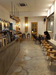 tempat nongkrong terbaru di Medan, Ruang dalam bersama tempat duduk pengunjung Sangrai Coffee Shop Medan