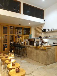 tempat nongkrong terbaru di Medan, Ruang interior bersama barista Sangrai Coffee Shop Medan