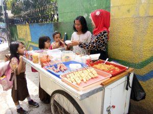 jajanan anak SD zaman now, Pedangan seblak sedang melayani pembeli