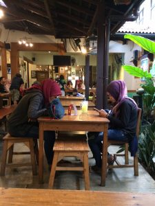 tempat nongkrong malam hari di Bogor, Suasana Warung Gumbira