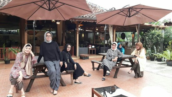 Kafe Lantera, tempat nongkrong outdoor di Bandung, Anakkota.com